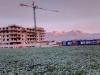 východ slnka nad stavbou