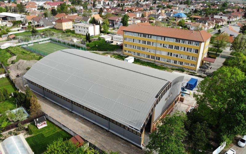 Schulturnhalle im Dorf Cífer